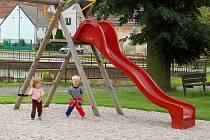 Kristýnka a Lukášek Gruberovi ze Zahořan si na upraveném hřišti hrají téměř denně.
