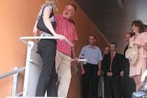 Účastníci slavnostního zahájení provozu praveného nádraží v Domažlicích vyzkoušeli i novou elektrickou schodišťovou plošinu.