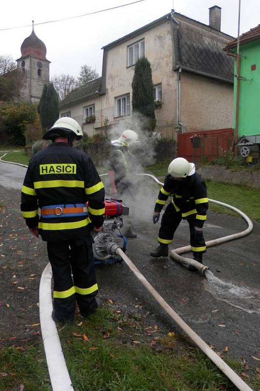Ze cvičení sborů okrsku dobrovolných hasičů č. 1 v Mělnici.