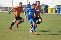 Po fotbalistech Spartaku Klenčí (v modrém) se z postupu do oblastní I.B třídy mohou radovat i hráči druhého týmu tabulky okresní II. třídy Dynama Horšovský Týn (v oranžovém).