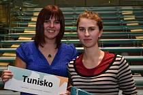 NIKOLA KOPTOVÁ A ANEŽKA VELKOVÁ (na snímku) spolu s Nguyen Thi Thu Huyen z domažlického gymnázia reprezentují na studentském summitu Tunisko.