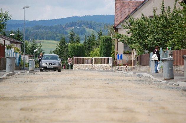 Rozkopaná Vrbova ulice v Domažlicích.