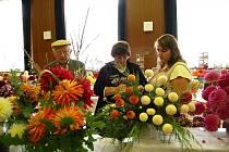 Z 35. jubilejní výstavy staňkovských zahrádkářů.Hodně návštěvníků oslovily jiřiny šlechtitele Svatopluka Masopusta, takže si ihned zapisovali jména odrůd, které se jim líbí.