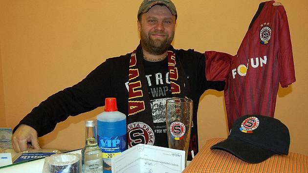Vítěz 12. kola Tip ligy Domažlického deníku Pavel Kruml z Kolovče vyhrál Sparťanský balíček.