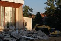 ZÁŘÍ 2016. Stavbaři tehdy provedli bourací práce na venkovní terase a v suterénu objektu. Pak se práce zastavily.