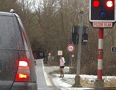 ŽENY postávají nejen na Valše, ale i  na Hadrovci  u autobusové zastávky nebo u restaurace.