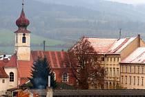 TRHANOVSKÝ ZÁMEK. Zámecká budova (vpravo) přímo navazuje na kostel sv. Jana Nepomuckého.