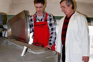 KOUTSKÝ PIVOVAR. Podle sládka Bohuslava Hlavsy (vpravo) je vaření piva věda