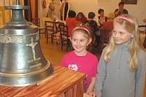 MARKÉTA BAUEROVÁ A NIKOLA NĚMCOVÁ si prohlížejí nový zvon, který bude součástí kocourovské kaple a jenž je nyní vystaven v horšovskotýnském MKZ.