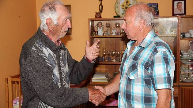 Starosta Jan Etzl gratuluje Františku Veberovi k životnímu jubileu.
