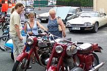 Výstava motocyklových a automobilových veteránů nepřilákala jen muže. Foto: Jan Pek