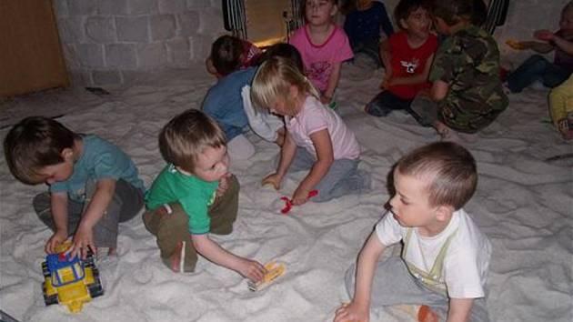 PŘIJELY ZA ZDRAVÍM. Domažlickou solnou jeskyni využívaly i děti z hostouňské mateřské školy.