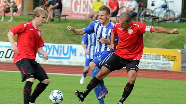Domažlický Petr Došlý v souboji s dvojicí hráčů MFK Chrudim.