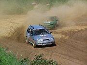 Rallycrossová Toyota Corolla s výkonem 400 koní na trati v Domažlicích.