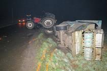 V pondělí ráno se u Zahořan střetlo nákladní vozidlo s traktorem. Traktor po srážce vyjel mimo komunikaci a v příkopu se převrátil na bok.