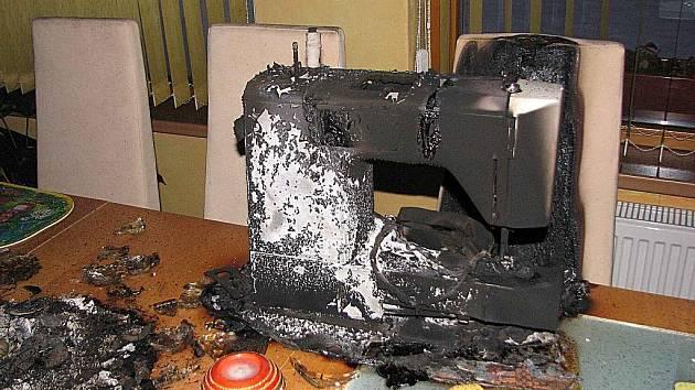 Hasiči vyjeli zasahovat na domažlickou Habeš k požáru v rodinném domku. Za své vzaly šicí stroj, dekorace na stole a ohořela i židle.