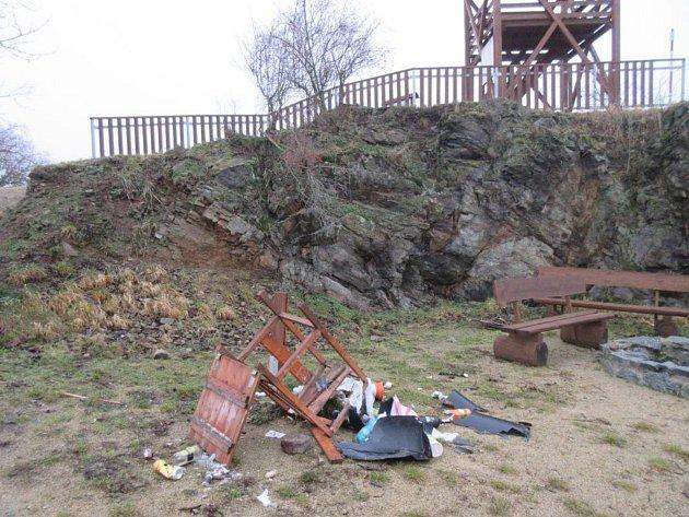 Neznámí vandalové poničili odpadkový koš na Kubíčkově skále u Tlumačova. Policie po nich zahájila pátrání.