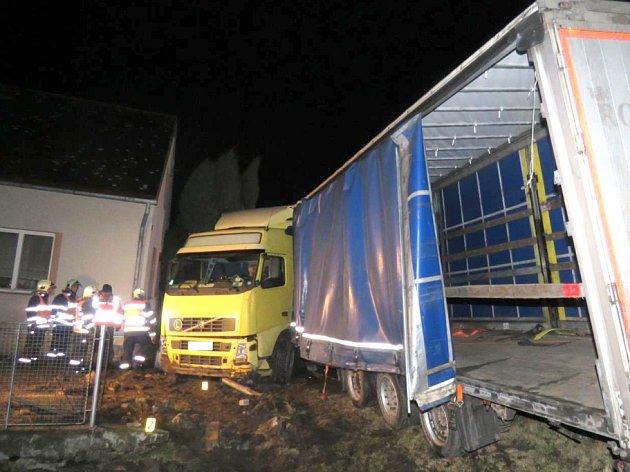 Kamion skončil v plotě.