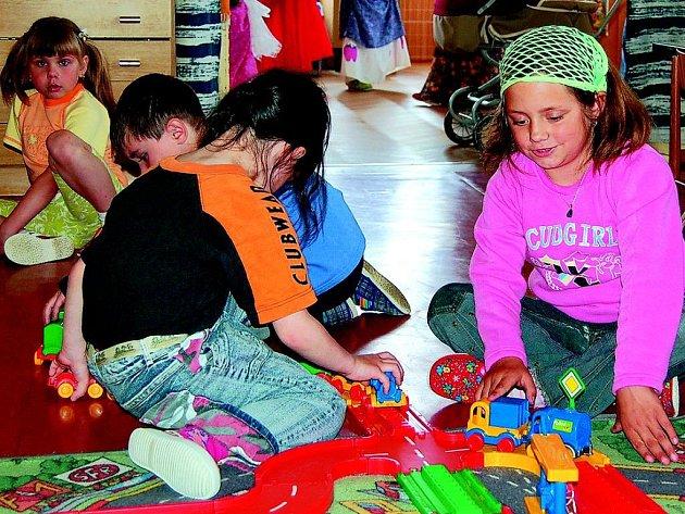 Děti v Mateřské škole v Klenčí pod Čerchovem zde mohou strávit každý den o třičtvrtě hodiny déle. Pro příští školní rok se přihlásilo dost dětí, a tak mohly učitelky ve spolupráci s vedením školky vyslyšet prosby rodičů a prodloužit provozní dobu.
