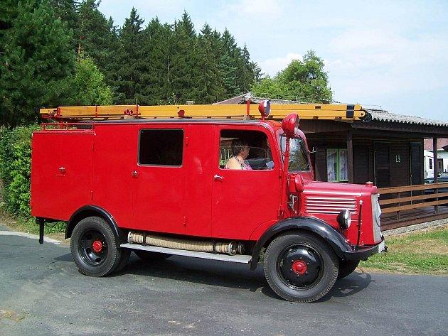 ABSOLUTNÍ VÍTĚZ. Zkušený horšovskotýnský jezdec Josef Míšek se domažlické veteránské jízdy pravidelně zúčastňuje s hasičským vozem Mercedes vyrobeným v roce 1943.