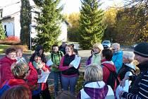 Questing Lísková obec neznámá… Kamila Angelovová (s popisem hledačky uprostřed) podala účastníkům vyčerpávající informace tak, aby mohli najít poklad.