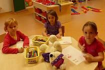 Z Mateřské školy v Poběžovicích. Na příchod rodičů čekala po 16. hodině i tato trojice.