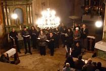 ČLENOVÉ SBORU STÁTNÍ OPERY PRAHA přednesli v kostele sv. Václava v Hoře také letos jako benefiční koncert  Českou mši vánoční  Jakuba Jana Ryby. S posluchači se rozloučili koledou narodil se Kristus Pán.