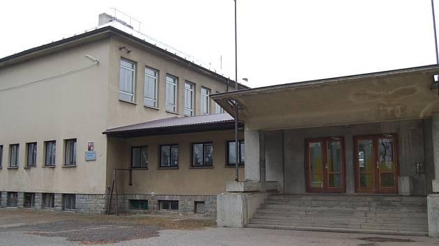 Budova ZŠ Koloveč.