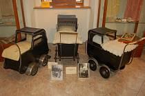 Výstava kočárků M. Šromové v domažlickém Muzeu Chodska.
