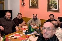 Z PRVNÍ SCHŮZKY FOTOKOMPOSTU. V čele stolu sedí dvojice autorů nápadu (třetí a čtvrtý zleva) Jan Veber a Bohumil Vopat, jíž se podařilo přilákat na schůzky další nadšené lidičky.