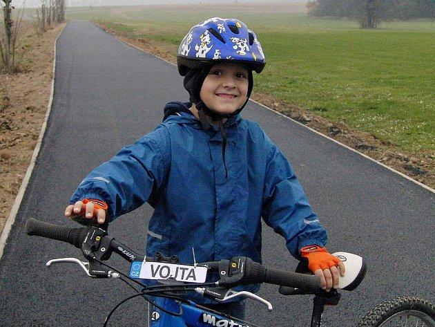 VYZKOUŠELI CYKLOSTEZKU. Neděle zavedla na nově vznikající stezku spoustu pěších i cyklistů. Na snímku Vojta ze Ždánova.