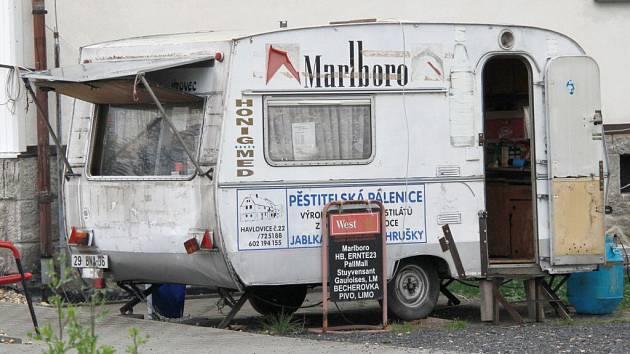 Ani ve stánku v Havlovicích se nám nepodařilo sehnat panáka rumu. Stánkař Jan Jírovec ví, že prodej tvrdého alkoholu na stáncích je od středy zakázaný.