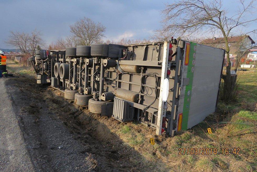 Nehoda kamionu, který skončil v příkopu na boku, se naštěstí obešla bez zranění.