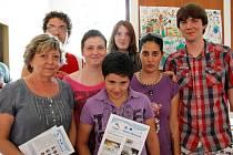 Učitelka Jiřina Příbková a její svěřenci na snímku ze závěrečné konference projektu.