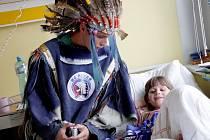 Hokejoví Indiáni navštívili nemocné děti.