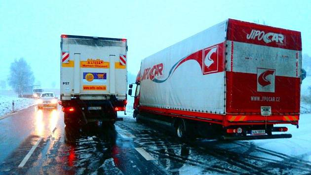 Kamiony zablokovaly silnici a zcela zastavily provoz na hraničním přechodu Všeruby - Eschkam.