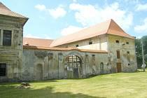 SOUČASNÁ VRATA, která zámku dali zemědělci.