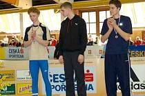 DVĚ SETINY ZA REKORDEM. Na snímku stojí na stupních vítězů (vlevo) Jiří Faist. Ten ve 200 metrovém sprintu zaostal za juniorským rekordem o celé dvě setiny vteřiny.