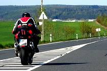TAK TADY BYCH TĚ ROZHODNĚ NEČEKAL...  Motorkáři si na silnici dovolí ledacos. Řidič auta jedoucí povolenou devadesátkou se až ulekne, když ho těsně míjejí v místech, kde by to nepředpokládal. Tenhle ´šikula´ spěchal nedávno za dvěma svými kolegy na Meclov