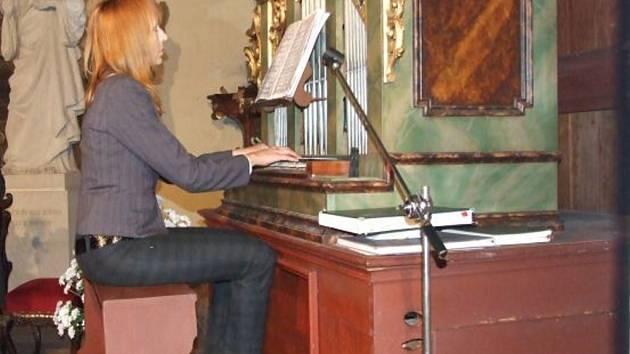 JANA KOPÁČKOVÁ při jednom ze série koncertů Pocta varhanám.