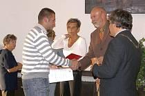 Místostarosta Luděk Thomayer gratuluje dárci.