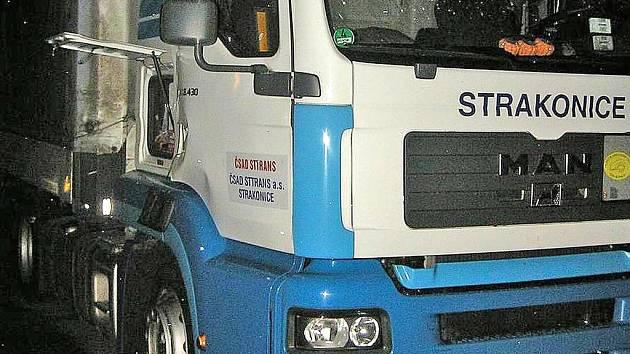 Dvoukilogramová lahev s propanbutanem (na snímku vlevo dole) vybuchla v kabině nákladního vozu zaparkovaného na Folmavě. Řidič byl těžce zraněn. Foto: Luboš Mleziva