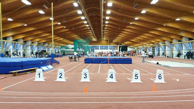 Hala Otakara Jandery je dějištěm největších tuzemských atletických závodů. V neděli se zde prohánělo přes 500 závodníků z 62 klubů. Mezi nimi o krajské tituly a medaile úspěšně bojovali i atleti domažlických oddílů AC a Mílaři.