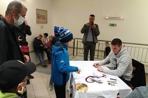 V přestávkách hokejového utkání Domažlic s Kaznějovem se na zimním stadionu uskutečnila autogramiáda českého reprezentanta a hráče Chicaga Blackhawks v NHL Dominika Kubalíka.