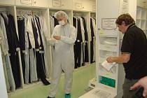 PŘEVLEČENÍ DO PRACOVNÍHO OVERALU je běžnou součástí pracovního rytmu ve firmě Gerresheimer.