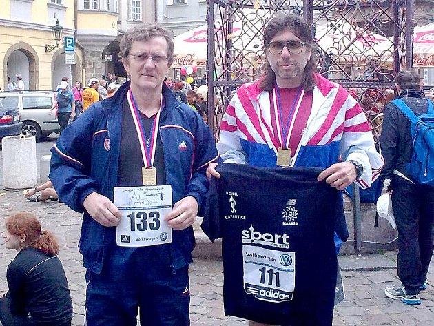 Rudolf Vančura a Roman Psůtka, dlouholeté opory domažlické atletiky, při Pražském maratonu.