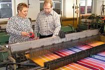 ČESKÝ TEXTILNÍ průmysl drtí konkurence z Asie, postřekovská tkalcovna s kvalitním kanafasem však odolává. Na snímku jsou u tkacího stroje Zbyněk Strnad a Iva Pechová.