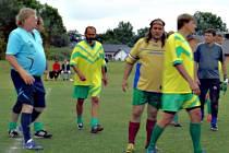 Turnajové zápasy rozhodoval fotbalový sudí Vladislav Pareský (v modrém).