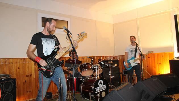 Punkový večer ve Spáňově zvedal mládež ze židlí.