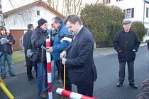 Symbolické řezání hraniční závory na Železné.